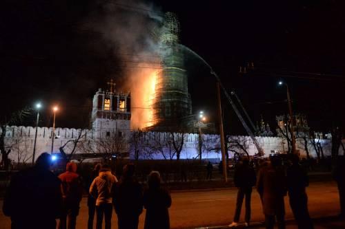 Paura a Mosca, va in fiamme il monastero di Novodevichy 2