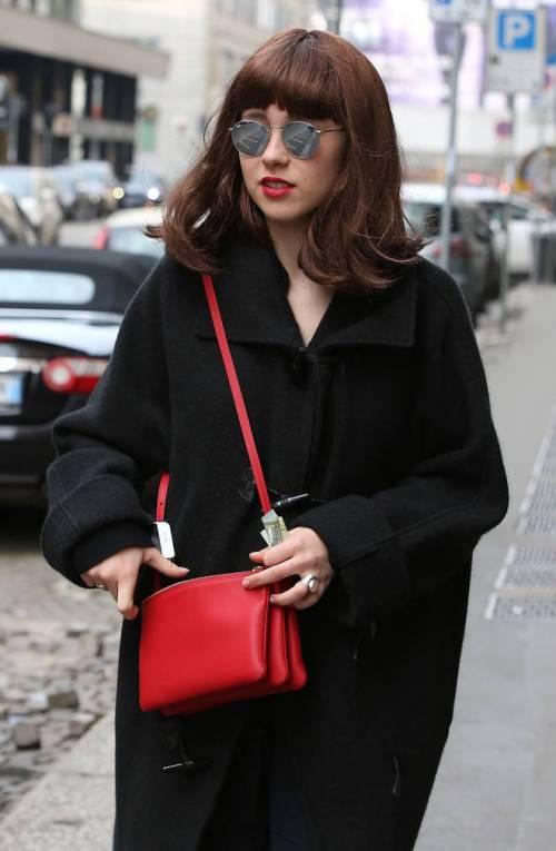 Aurora Ramazzotti si mostra ai fotografi con una parrucca  3
