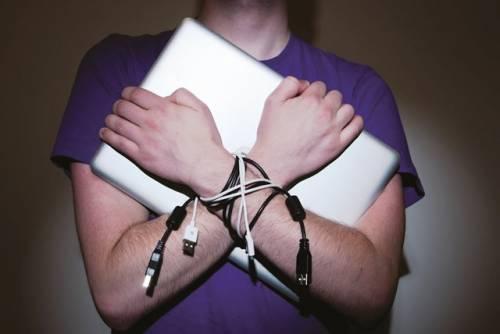 I mille volti della dipendenza da internet e social network: dal cyberbullismo all'isolamento