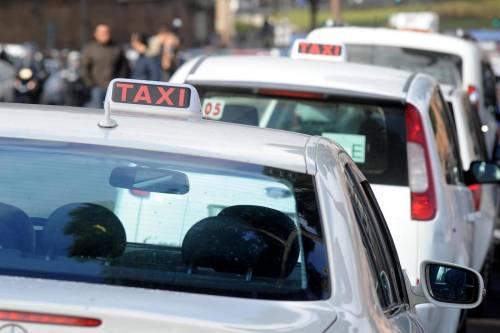 Il tassista buca la gomma e presenta il conto al cliente obeso