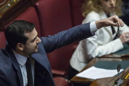 Grandi Opere, il M5S protesta contro Lupi agitando orologi in Aula