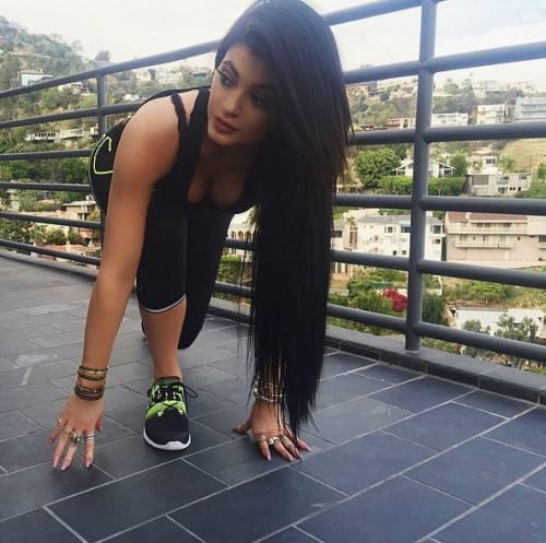 Kylie Jenner indossa un monokini effetto bondage per un servizio fotografico 2