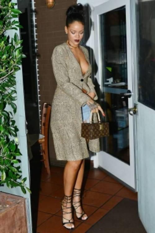 Rihanna semi nuda al ristorante: ecco gli scatti hot 9
