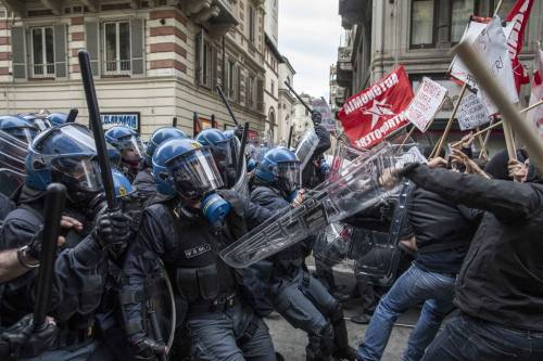 Torino, scontri tra antagonisti e polizia 4