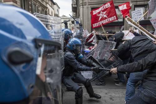 Torino, scontri tra antagonisti e polizia 5