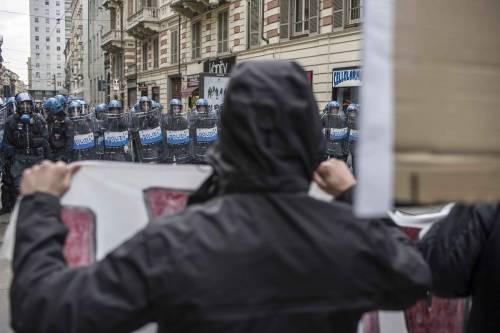 Torino, scontri tra antagonisti e polizia 7