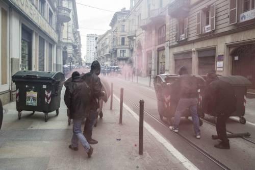 Torino, scontri tra antagonisti e polizia 2