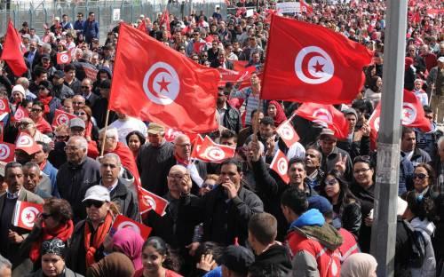 Marcia contro il terrorismo nelle strade di Tunisi. Ucciso il 3° attentatore del Museo del Bardo