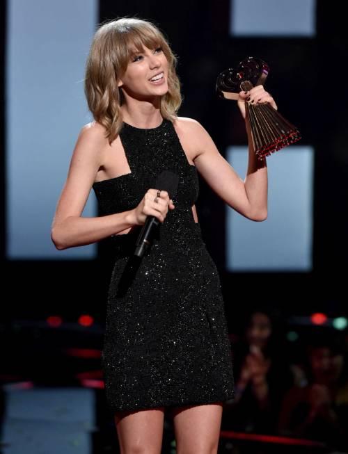 Taylor Swift sexy agli iHeartRadio Music Awards: vince e duetta con Madonna 3