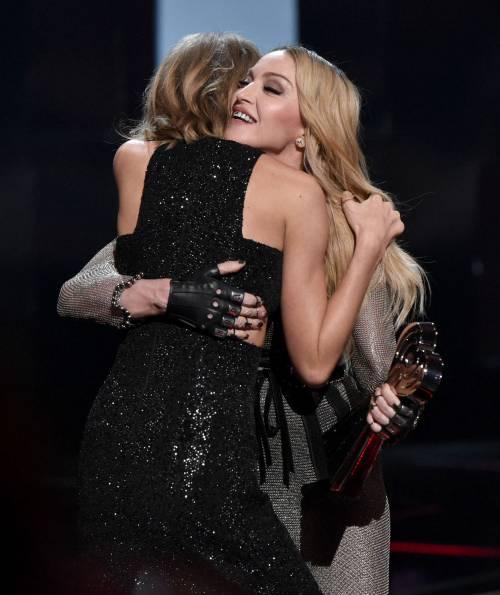 Taylor Swift sexy agli iHeartRadio Music Awards: vince e duetta con Madonna 2