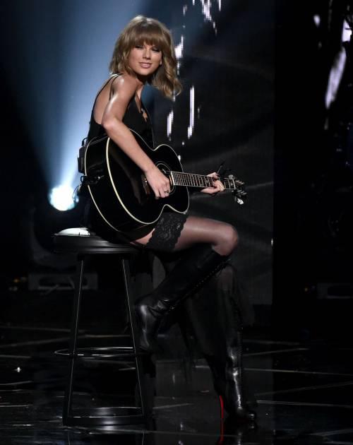 Taylor Swift sexy agli iHeartRadio Music Awards: vince e duetta con Madonna 5