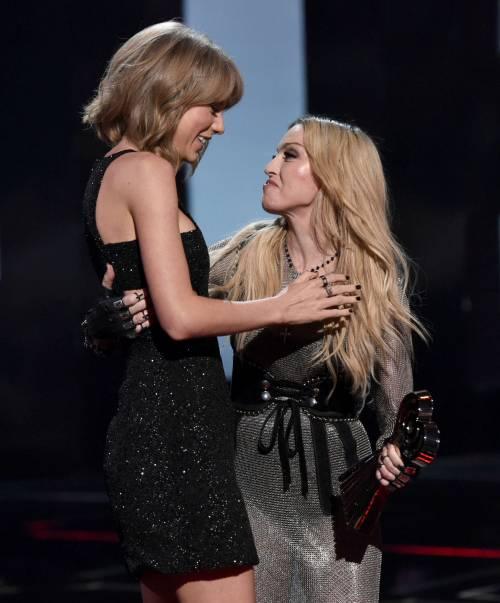 Taylor Swift sexy agli iHeartRadio Music Awards: vince e duetta con Madonna 16