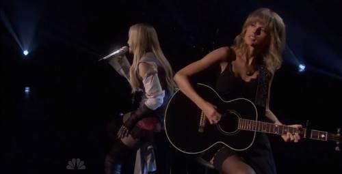 Taylor Swift sexy agli iHeartRadio Music Awards: vince e duetta con Madonna 6