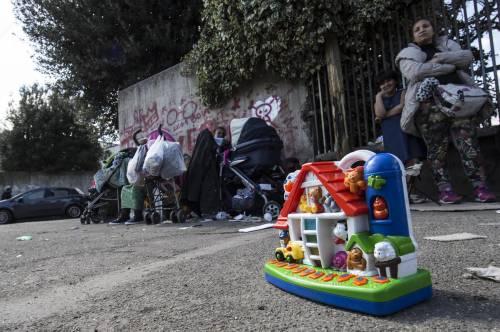 Il campo rom bruciato nella periferia di Roma 5