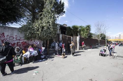 Il campo rom bruciato nella periferia di Roma 9