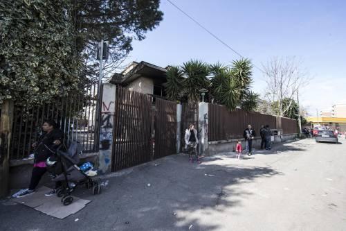 Il campo rom bruciato nella periferia di Roma 7