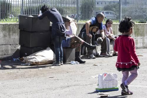 Il campo rom bruciato nella periferia di Roma 11