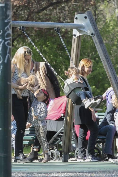 La Hunziker con le figlie 3
