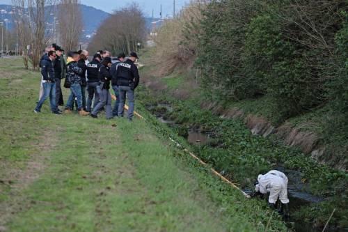 La polizia ispeziona il fosso dove è stato trovato il cadavere della ex modella 8