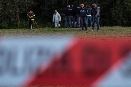 La polizia ispeziona il fosso dove è stato trovato il cadavere della ex modella 9
