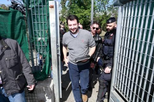 Salvini alle prese con un maiale nel campo Rom 5