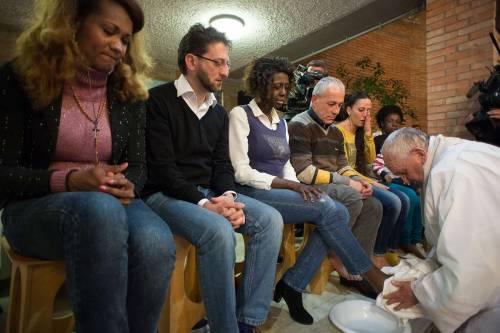 Il Papa lava i piedi alla showgirl Lubamba 3