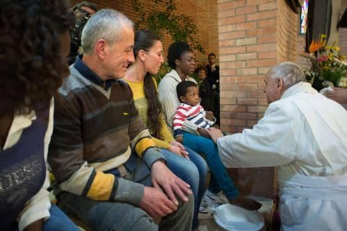 Il Papa lava i piedi alla showgirl Lubamba 2