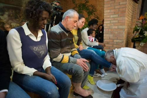 Il Papa lava i piedi alla showgirl Lubamba 5