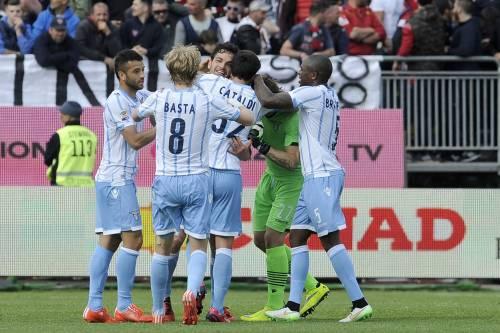 La Lazio non molla, vince col Cagliari e resta a un punto dalla Roma