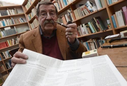 Günter Grass nel suo studio, in mano una copia del suo controverso poemetto su Israele
