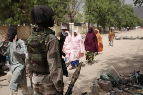 Civili a un checkpoint controllato dai soldati nigeriani a Gwoza