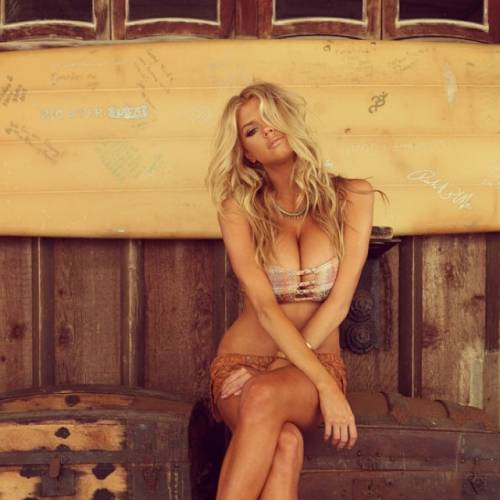 Charlotte McKinney: la nuova stella sexy di Instagram 15