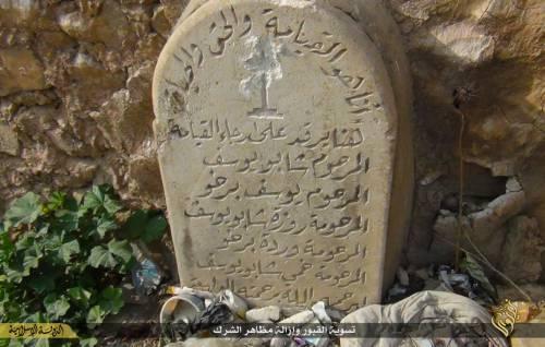 Così lo Stato islamico distrugge il cimitero cristiano 3