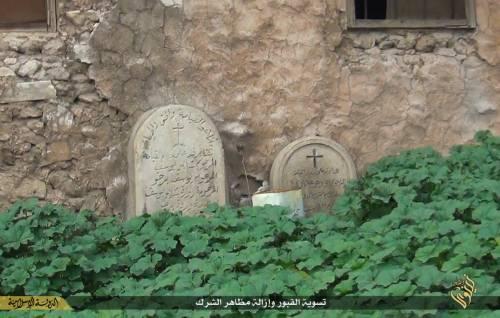 Così lo Stato islamico distrugge il cimitero cristiano 4