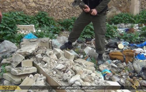 Così lo Stato islamico distrugge il cimitero cristiano 5