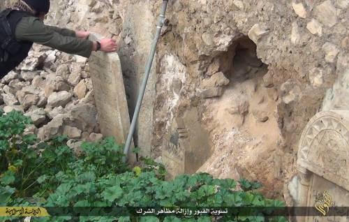 Così lo Stato islamico distrugge il cimitero cristiano 6