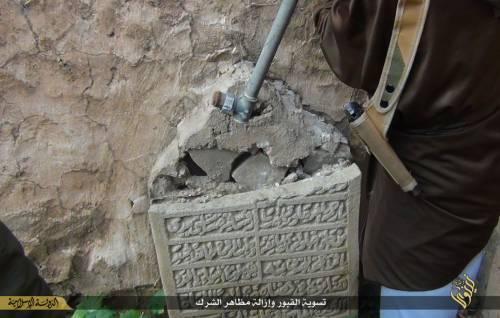 Così lo Stato islamico distrugge il cimitero cristiano 8