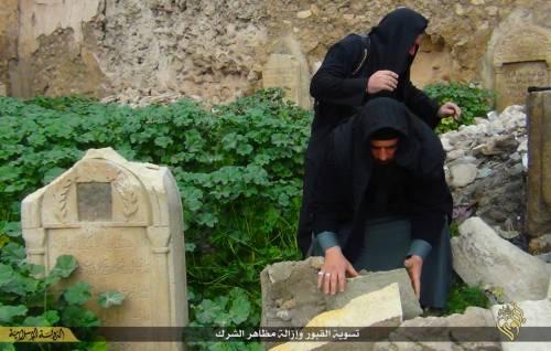 Così lo Stato islamico distrugge il cimitero cristiano 10