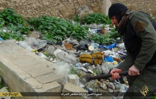 Così lo Stato islamico distrugge il cimitero cristiano 11