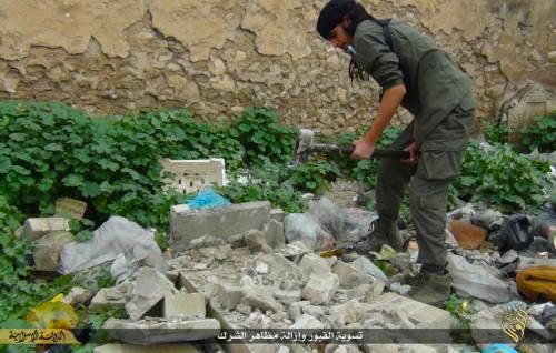 Così lo Stato islamico distrugge il cimitero cristiano 12