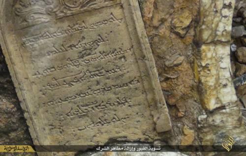 Così lo Stato islamico distrugge il cimitero cristiano 13