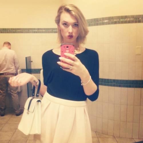 """La protesta della trans: """"Cosa succede se uso il bagno degli uomini"""" 7"""