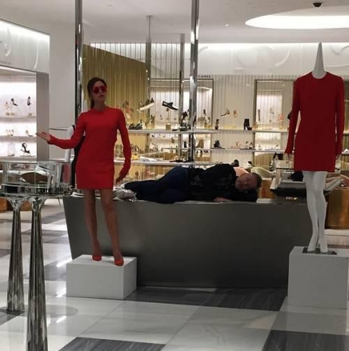 Victoria Beckham diventa un manichino per lanciare la sua linea di moda