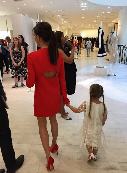 Victoria Beckham fa il manichino su Instagram 8