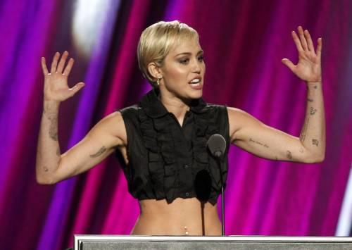 Miley Cyrus lancia l'ascella non depilata su Instagram 3