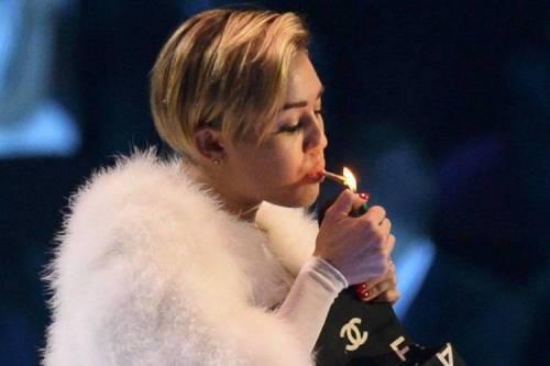Miley Cyrus lancia l'ascella non depilata su Instagram 13