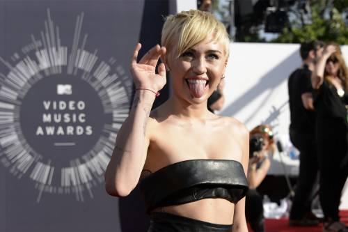 Miley Cyrus lancia l'ascella non depilata su Instagram 12