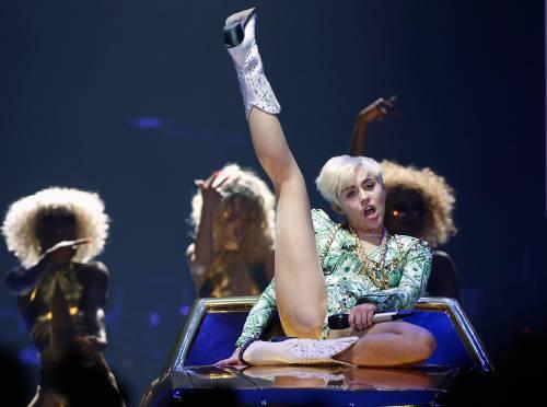 Miley Cyrus lancia l'ascella non depilata su Instagram 10