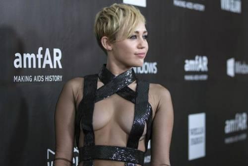 Miley Cyrus lancia l'ascella non depilata su Instagram 14