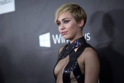 Miley Cyrus lancia l'ascella non depilata su Instagram 15